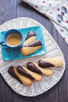 Biscotti al cocco ricoperti di cioccolato: piccole delizie per accompagnare la pausa caffè o da abbinare ad un buon tè. [Coconut and chocolate cookies]