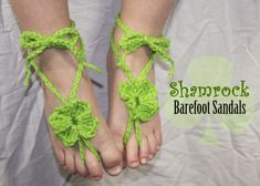 Crochet a pair of Shamrock Barefoot Sandals for your little fairy princess! Decorate little toesies with these whimsical good luck charms. Crochet Baby Cocoon, Crochet Baby Boots, Crochet Baby Sandals, Crochet Shoes, Crochet Slippers, Crochet Cowl Free Pattern, Crochet Headband Pattern, Crochet Patterns, Flower Patterns