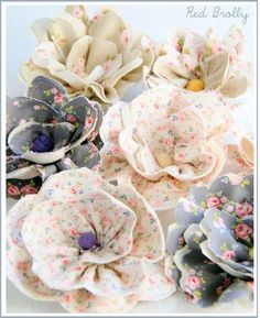 Flores de tecido DIY   Olha que coisa mais fofa estas flores feitas de tecido.   Eu já postei aqui no blog outras formas e passos a pass...