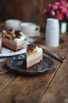 Toffifee Karamell Eis Torte - Ice Cream Cake with caramel and chocolate - Kakao-Haselnuss-Mürbeteig mit Nougat-Frischkäse-Sahne-Schicht und Frischkäse-Karamell-Schicht mitHaselnüssen und Toffifee dekoriert - :) - http://knusperstuebchen.net/2016/06/05/toffifee-karamell-eistorte-schokoladige-erfrischung/