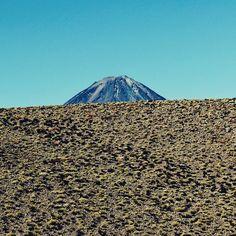 O Licancábur o vulcão mais lindo do Atacama sempre dá um jeito de aparecer para você durante os seus passeios pela região. . . . #chile #VisitChile #chiletravelrepost #atacama #atacamadesert #sanpedrodeatacama #licancabur #volcano #vulcão #desert #deserto #nature #natureza #southamerica #travel #travelblogger #travelgram #travelphotography #instatravel #wanderlust #travelblog #traveltheworld #travelpics #travelphoto#viagem #turismo #dicasdeviagem#blogdeviagem #ferias
