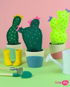 filcowe kaktusy, felt cactus diy - tutorial on twojediy. Diy Advent Calendar, Felt Crafts, Diy Tutorial, Diy Ideas, Dinosaur Stuffed Animal, Mugs, Animals, Cactus, Animales
