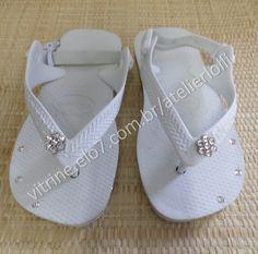 Havaianas customizada com strass verdadeiros, cristais legítimos, nada acrílico, não solta, não escurece e não perde o brilho. Uma verdadeira jóia nos seu pés de seu bebê.  Numeração: 17 ao 25 com elástico atrás.