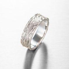Midas Kultaseppien Polanne-sormus on vahvan miehen valinta. Polanne-sormus valmistetaan käsityönä kokonaan ja näin kuvioltaan kahta samanlaista ei ole. Kultaseppämestari Petri Holmbergin innoittajana Polanteen pintakuvioon on ollut jäinen tienpinta joka muuttaa muotoaan jatkuvasti. Polanne-sormusta valmistetaan myös kelta-ja punakultaisena sekä platinasta. Sormuksen leveys on 7 mm. Suositushinta 1100 €. Petra, Wedding Rings, Engagement Rings, Jewelry, Fashion, Enagement Rings, Moda, Jewlery, Jewerly