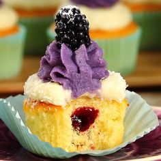 Brombeer-Kokos-Cupcakes Almost too nice to eat. The magical blackberry and coconut cupcakes. Dessert Oreo, Oreo Desserts, Easy Desserts, Easy Cake Recipes, Cupcake Recipes, Dessert Recipes, Cupcake Videos, Dessert Simple, Blackberry Coconut Cupcakes