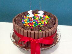 Bolo Kit Kat com brigadeiros e confetes. Nossos bolos feitos com amor e carinho para você! Orçamentos e encomendas: queroacucarbolos@gmail.com e pelo celular e whatsapp (21) 98056-6621