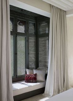 We have 27 ideas how you can design your window seat. Moroccan Home Decor, Diy Home Decor, Moroccan Style, Moroccan Room, Style At Home, Middle Eastern Decor, Middle Eastern Bedroom, Living Spaces, Living Room