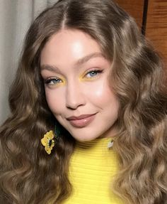 Gigi Hadid teaches you how to use Loading. Gigi Hadid teaches you how to use Yellow Eye Makeup, Yellow Eyeshadow, Colorful Eye Makeup, Eyeshadow Looks, Eyeshadow Tips, Bright Makeup, Makeup Trends, Beauty Trends, Makeup Ideas