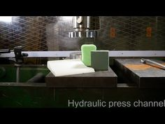 Crushing foams with hydraulic press