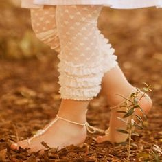Lace Legging Tutorial I have been looking for some cute leggings like this. Please tell me its tights cut off with some ruffles attached? My Little Girl, My Baby Girl, New Girl, Girly Girl, Sewing For Kids, Baby Sewing, Sewing Lace, Couture Bb, Short Niña