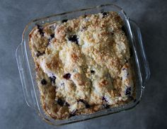 Get the recipe for Alton Brown's Blueberry Buckle. What's a buckle? It's an early American form of coffee cake. Blueberry Desserts, Just Desserts, Dessert Recipes, Breakfast Recipes, Breakfast Time, Breakfast Ideas, Blueberry Buckle Recipe, Brown Recipe, Glass Baking Dish