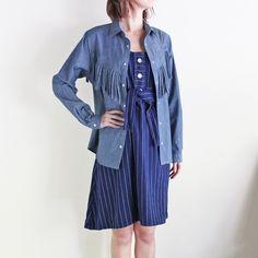 ウェスタンなディティールが新鮮なNOMAのデニムシャツ。 バックスタイルにもフリンジがつけられていて、70'sロックなイメージに。