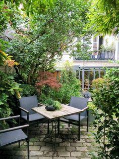 Partez à la découverte d'un jardin secret dans le sud de Paris avec Détente Jardin. Ce dernier a été complètement aménagé par la paysagiste Aurey Deslis. Entrez dans un havre de verdure où la nature semble avoir pris ses aises.