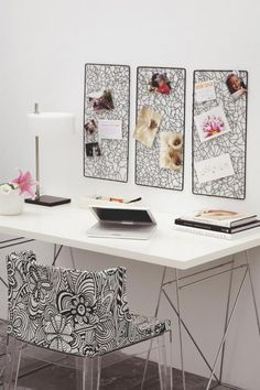 Una estupenda idea para el frente de la zona de trabajo: coloca a igual distancia tres tablones imantados idénticos. ¡Perfectos para poner fotos, notas, recordatorios...!