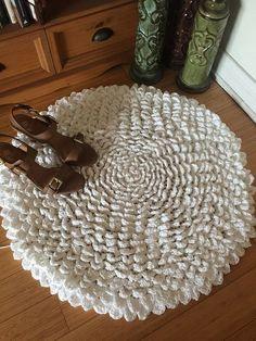 The Madeline Flower Crochet Rug Pattern (Part 5 ) – by Karla's Making It The Madeline Flower Crochet Rug free pattern from Karla's Making It Crochet Diy, Crochet Amigurumi, Crochet Home Decor, Crochet Gifts, Crochet Rugs, Knitted Rug, Crochet Puff Flower, Crochet Flowers, Crochet Carpet