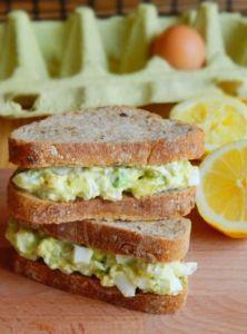 Avokádovo-vajíčková nátierka Avocado Egg, Healthy Recipes, Healthy Food, Sandwiches, Food And Drink, Appetizers, Eggs, Cheese, Snacks