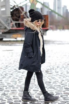 Deutscher-Modeblog-German-Fashion-Blog-Black-Outfit-Winterjacke-Mütze-Doc-Martens-3
