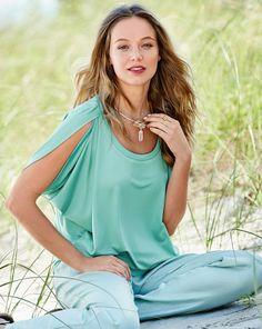 burda style, Schnittmuster, Weites Shirt 05/2016 #115A, Außergewöhnliche Armausschnitte, die am Halsausschnitt übereinandergelegt werden, geben dem schlichten Shirt neues Volumen. Stoffempfehlung: Leichte, weichfallende Jerseystoffe. Feiner Jersey Zutaten: Vlieseline Formband.