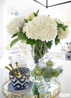 SPRING IN FULL SWING HOME TOUR 2017 Bright and airy kitchen with fresh produce and blue and white accessories – add the perfect touch for the Spring and Summer seasons. Kitchen Vignettes, Kitchen Island Decor, Spring Kitchen Decor, Blue Kitchen Decor, Kitchen Counters, Kitchen Islands, Kitchen Cabinets, Home Fashion, Mawa Design