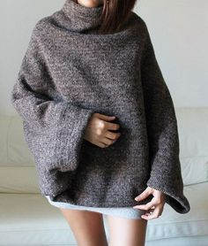 Stricken Idea for a Poncho-sweater, Robes Glamour, Handgestrickte Pullover, Wool Poncho, Poncho Sweater, Sweater Shop, Grey Sweater, Diy Vetement, Cozy Sweaters, Sweater Weather