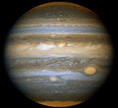 La Gran Mancha Roja es el mayor vórtice anticiclónico (altas presiones) de Júpiter y el detalle de su atmósfera más conocido a nivel popular. Comparable a una enorme tormenta, se trata de un enorme remolino que podría existir desde hace más de 300 años y caracterizado por vientos en su periferia de hasta 400 km/h. Su tamaño es lo bastante grande (en dirección este-oeste) como para englobar más de dos veces el diámetro de la Tierra.[1] El remolino gira en sentido antihorario.