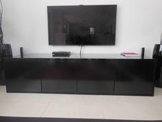 tv lowboard op maat in zwart met push to open deurtjes. Afmetingen en kleur kunnen naar wens nog aangepast worden even als de indeling en de deurtjes.