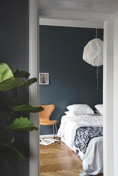 If Tant Johanna's green became the year's (unofficial) wall color, I believe strongly on St Paul's Blue this year. Not least after having spanned Frama's successful collaboration with Jotun close up, former id Published February 2015 Written by Trendenser Blue Painted Walls, Dark Blue Walls, Dark Blue Bedroom Walls, St Pauls Blue, Bedroom Colors, Bedroom Decor, Bedroom Ideas, Master Bedroom, Blue Rooms