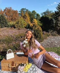 Picnic Photography, Girl Photography Poses, Picnic Photo Shoot, Picnic Pictures, Creative Photoshoot Ideas, Picnic Outfits, Best Photo Poses, Pic Pose, Instagram Pose