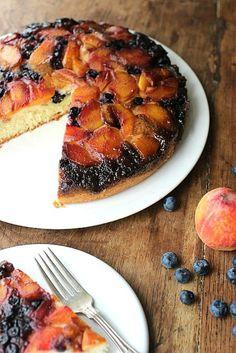 Torta invertida de duraznos y arándanos