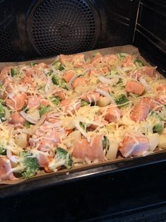 Alt-i-en-laksepanne — Hege Hushovd – Oppskrifters Fish Recipes, Seafood Recipes, Seafood Pasta, Food Porn, Norwegian Food, Fish Dinner, Pasta Salad Recipes, Diy Food, Easy Healthy Recipes