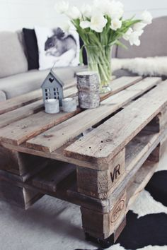 diy pallet table: i'm a little obsessed w/pallets these days.