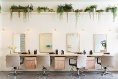 Looking for a blow-dry bar in London? Here are the best blow-dry bars in London that will get you feeling red carpet ready and hair confident. Hair Salon Interior, Salon Interior Design, Beauty Salon Decor, Beauty Salon Design, Beauty Salons, Beauty Bar, Blow Dry Bar London, Bars London, Blow Bar