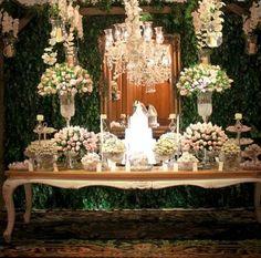 Muro inglês + lustre de cristal + espelho = Decoração perfeita!!!