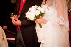 Bouquet de la mariée, rond, pivoines blanches et feuillage, Organisation de mariage dans le Lubéron www.mariagedanslair.com