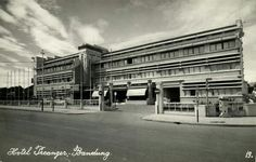 Hotel Preanger (anno 1925) te Bandoeng circa 1940. Bandung City, Dutch Colonial, Old Pictures, Java, Indie, Street View, History, Architecture, Arquitetura