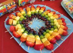 New fruit kabobs display kids ideas Dessert Party, Snacks Für Party, Fruit Snacks, Fruit Recipes, Detox Recipes, Rainbow Fruit Skewers, Fruit Kabobs Kids, Rainbow Fruit Platters, Kids Fruit