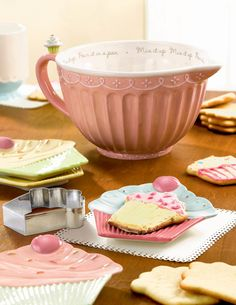 Cupcake Pink Batter Bowl & Holds 3 Quarts I don't bake cupcakes but I… - Cupcake Pink Ideen Cozinha Shabby Chic, Shabby Chic Kitchen, Vintage Kitchen, Cupcake Kitchen Decor, Pastel Kitchen, Cute Baking, Cute Kitchen, Kitchen Dining, Baking Cupcakes