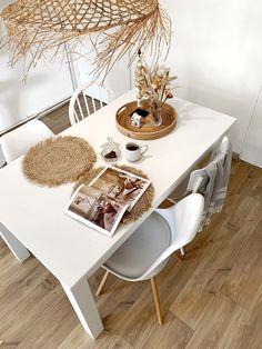 Een volledig wit interieur kan heel mooi zijn, maar als je deze niet goed stylet kan het wat kil en saai ogen. Heb jij een witte eethoek, maar ben je hier niet zo tevreden over? In deze blog geef ik je inspiratie en tips over hoe je jouw witte eethoek minder eentonig kunt maken.#eethoek #eetkamer #diningroom #diningarea #inspiratie #inspiration #wit #white #naturel B & B, Dining Area, Table, Furniture, Home Decor, Stylus, Homemade Home Decor, Mesas, Home Furnishings