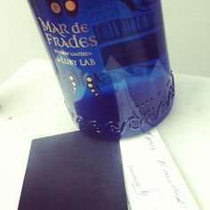 Laura Ponte diseña esta botella de vino para Mar de Frades.  Luby Lab