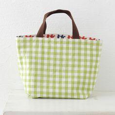 ちらりと覗くカラフルなぞう柄もかわいい、リバーシブルバッグ。/鎌倉スワニーの布で作るバッグ&ポーチ(「はんど&はあと」2012年6月号)