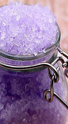 DIY Lavender Bubbling Bath Salts with essential oils. Diy Spa, Diy Hacks, Diy Cosmetic, Elo 7, Easy Homemade Gifts, Bath Bomb Recipes, Homemade Beauty Products, Home Made Soap, Bath Bombs