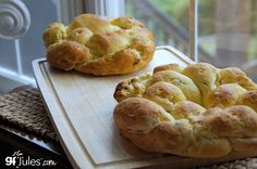 Is there any bread more beautiful than challah? This gorgeous gluten free Challah Crown is definitely a show-stopper, and it's not difficult to make!