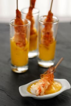 Crunchy shrimp skewers with Mango dipping sauce. A simple and delicious Spanish pintxo! Finger Food Appetizers, Finger Foods, Appetizer Recipes, Appetizer Ideas, Aperitivos Finger Food, Spanish Tapas, Snacks Für Party, Mini Foods, Appetisers