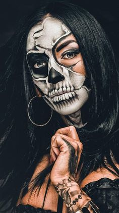 Best Halloween Makeup Looks That Are Creepy Yet Cute Girl Halloween Makeup, Halloween Cosplay, Halloween Nails, Halloween Costumes, Voodoo Halloween, Skeleton Face Paint, Skull Face Paint, Scary Face Paint, Day Of The Dead Art