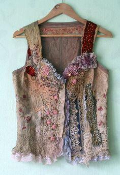 Corpiño Lucinda-único, arte para vestir, collage textil con encaje antiguo, lentejuelas, abalorios, corpiño alterado