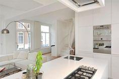 Lichte woonkamer met compacte open keuken