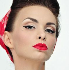 retro pin-up lady with crimson bandana in her hair, classic coiffure and black pin-up eyeliner make-up and vibrant crimson lipstick Pin Up Makeup, Retro Makeup, Vintage Makeup, Beauty Makeup, Makeup Looks, Hair Makeup, Hair Beauty, Makeup Tips, Rock Makeup