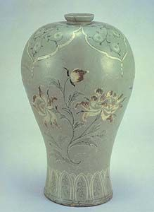 Korean inlaid & underglaze hand-painted celadon Mae-byeong vase, 12th century