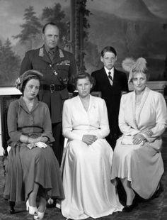 1948: Da Prinsesse Astrid konfirmerte seg. Foran fra v: prinsesse Ragnhild, prinsesse Astrid, kronprinsesse Märtha. Bak fra v: Kronprins Olav, prins Harald.