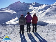 Mit Oma und Mama gemeinsam mitten im Skigebiet Familienzeit genießen? Genau das ist in Serfaus-Fiss-Ladis möglich. Die Region bietet die beste Voraussetzung für einen gelungenen Drei-Generationen-Winterurlaub. Von meinem Ausflug mit meiner Oma und meiner Mama werde ich bestimmt noch meinen Enkeln erzählen. Besonders meine Oma Klara kommt aus dem Jubeln gar nicht mehr heraus. Mit 93 Jahren ist noch lange nicht Schluss. Gerne teile ich meine Erfahrungen mit euch. Mount Everest, Mountains, Nature, Travel, Winter Vacations, Naturaleza, Viajes, Trips, Nature Illustration